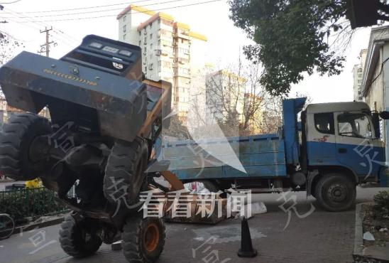 铲车载物过重车尾被压翘起 途经司机:让人匪夷所思