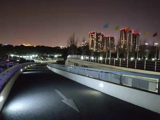 """凌晨3点闵行体育馆还亮着灯 24小时在线的""""苗苗管家""""在这里"""