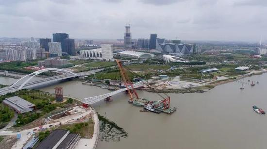 大桥的一日十次_浦江东岸12座云桥中跨度最大桥完成水上三跨吊装_新浪上海_新浪网