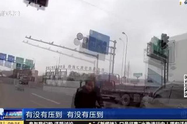 视频:上海一3岁男孩遭车碾压 交警开道护送急救