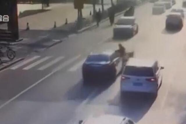 视频:轿车司机欲超车 撞死横道线上推车女子