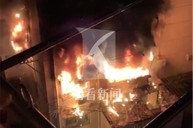 上海一民宅凌晨突发火灾 三人跳楼逃生一人受伤