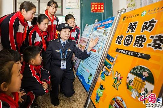 2021年3月26日,浙江省湖州市长兴县第四小学,民警在为学生们讲解预防校园欺凌知识。图片来源:视觉中国