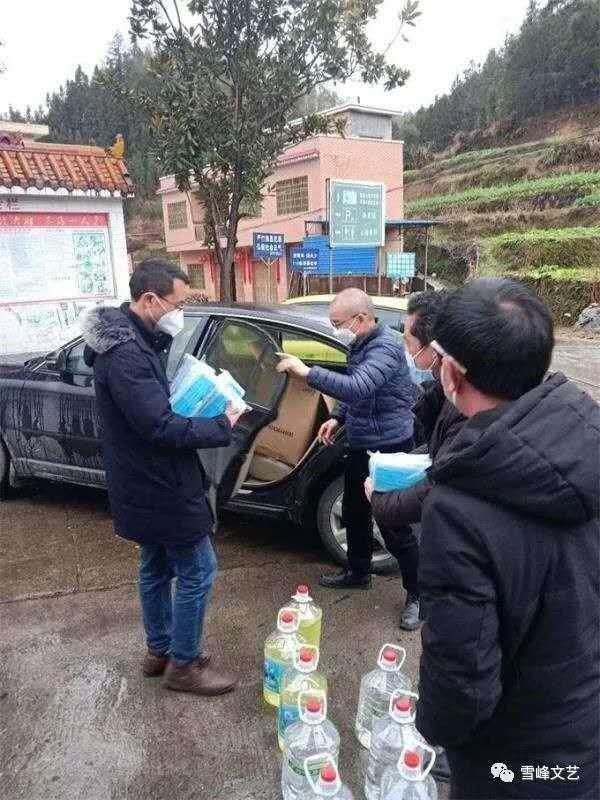 图说:严柏洪驱车运送口罩、消毒水等防疫物资到村里