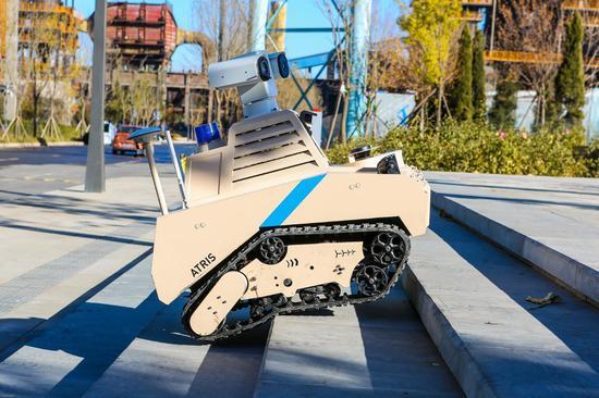 圖:優必選智能巡檢機器人ATRIS(安巡士)在首鋼園測試上下樓梯的功能