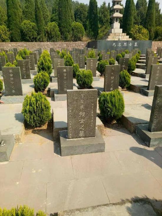丁效飛烈士墓碑。