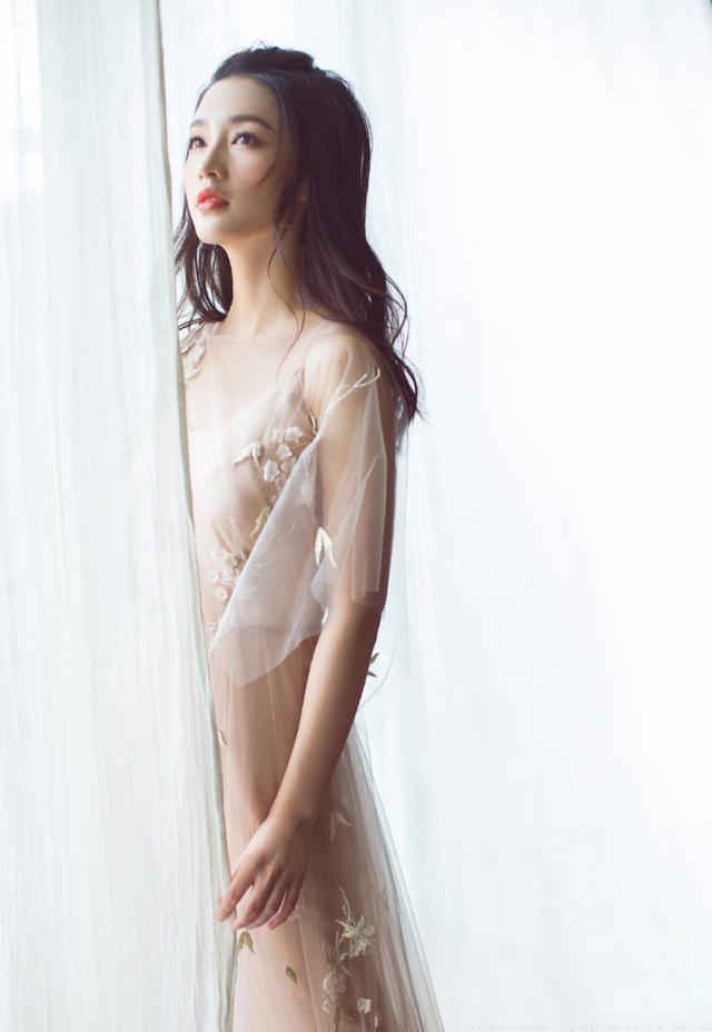 李沁和赵丽颖同穿裸色薄纱长裙谁更美? 时尚潮流 第2张
