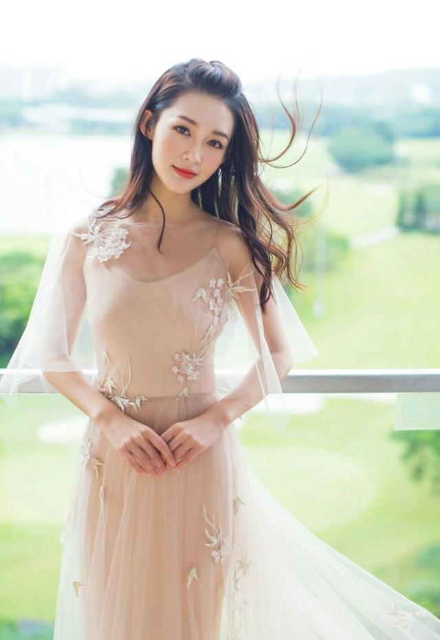 李沁和赵丽颖同穿裸色薄纱长裙谁更美? 时尚潮流 第1张