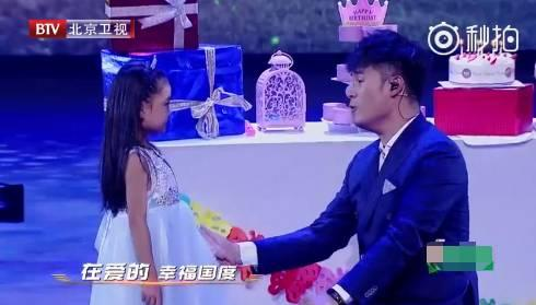 比起陈赫的好爸爸人设,张子萱完全是未婚少女人设!