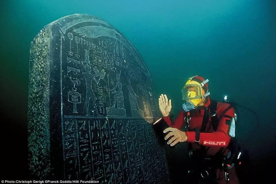潛水員意外發現神秘銅像,揭開海底城市的神秘面紗!圖片
