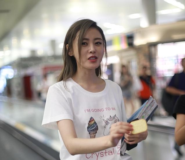 张天爱机场吃饼干,女神形象幻灭竟是因为新造型