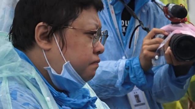 绝症女孩跪求韩红: 救我, 我不想死 网友:道德绑架
