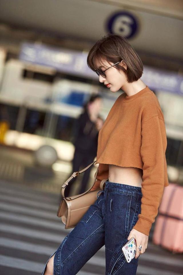 为了抢镜,张俪穿的这牛仔裤也是没谁了,绝版的吧!