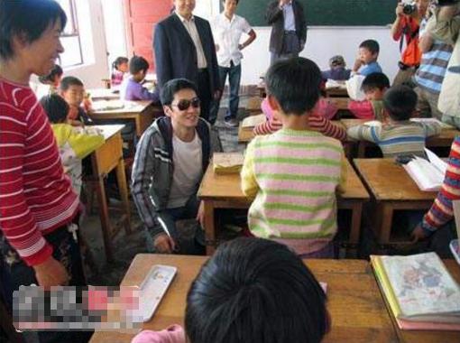 不要再黑周杰了,13年前他就捐建一座希望小学