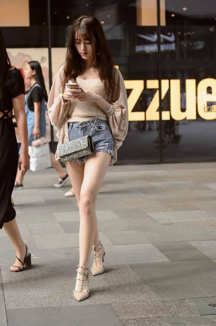 四川美女明星_四川成都街拍高颜值加大长腿美女,个个身材不输明星
