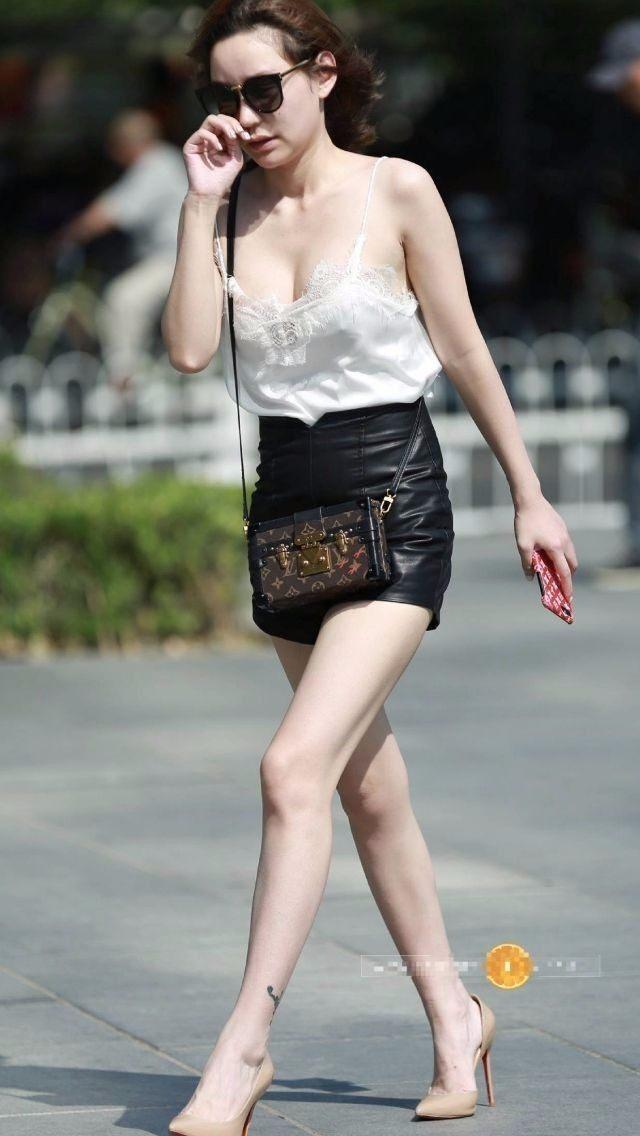 没有穿内衣的美女_街拍:女神没穿内衣穿个胸带就去上班,胆子真大啊!