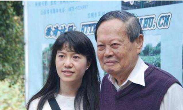 爱色偷拍自拍_95岁杨振宁和41岁翁帆\