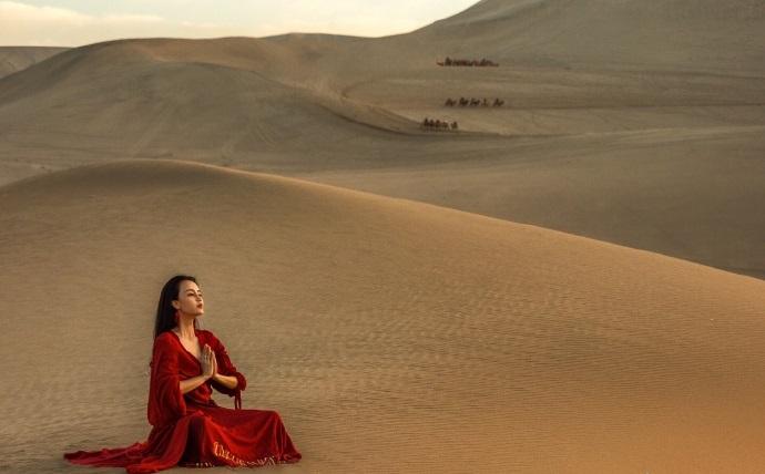瑜伽女神曬美照 一片火燃燒了整個沙漠!圖片