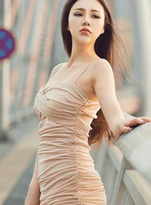 被吊的美女_街拍:美女真空吊显身材,凹凸有致
