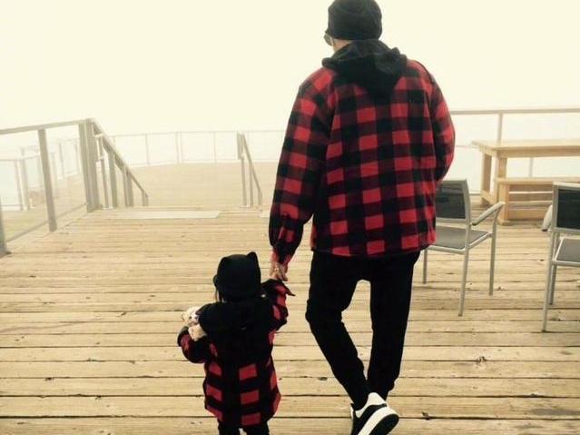 父女牵手手绘_周杰伦与女儿hathaway穿亲子装,父女俩牵手背影暖化了!