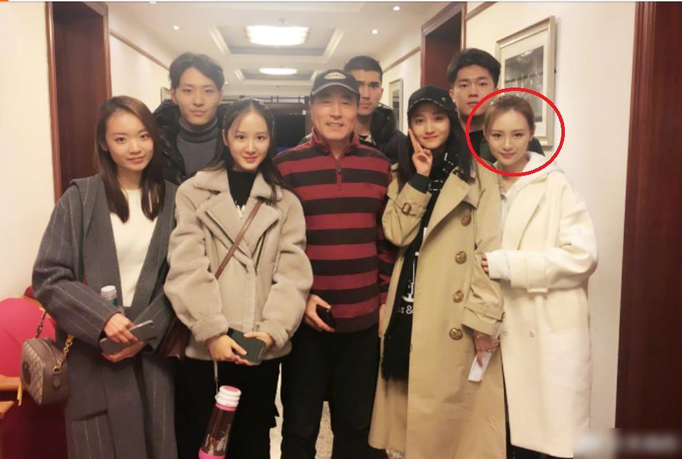 关晓彤携同学看话剧 被旁边的白衣女孩成功抢镜