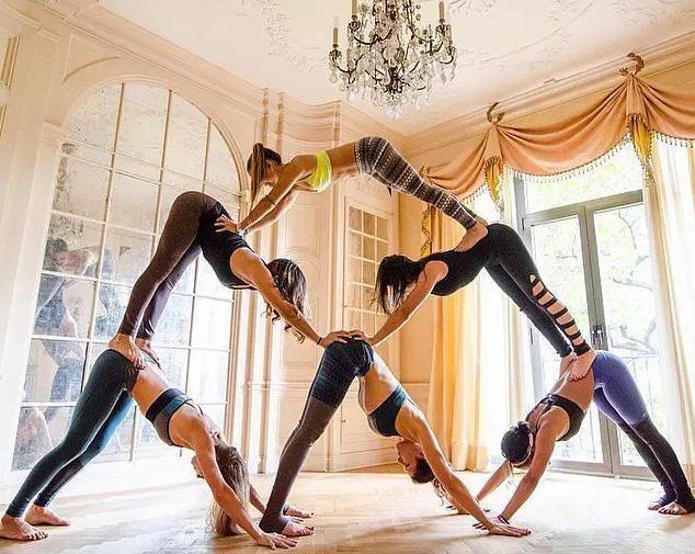 經常看到多人集體瑜伽照,看起來氣勢恢宏.圖片