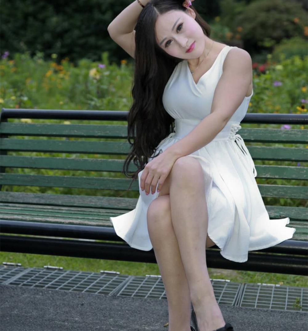风韵犹存的中年美女_街拍: 46岁的美妇, 身材丰腴, 一袭白色短裙风韵犹存