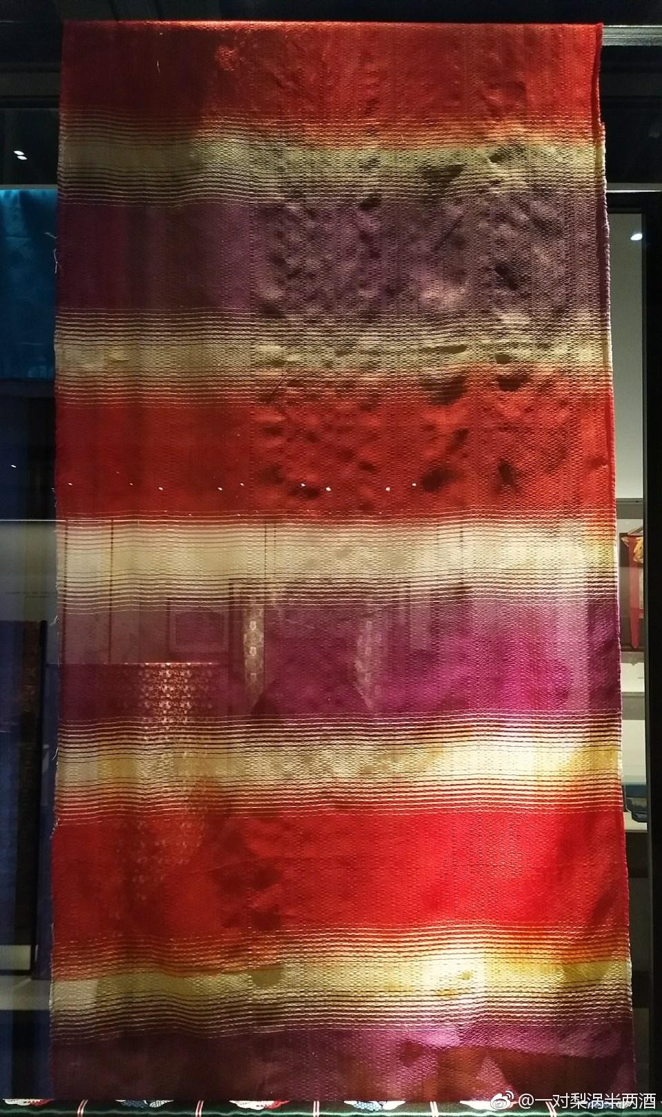 雨絲錦:雨絲錦用色經彩條的寬窄來達到深淺過渡的效應.圖片
