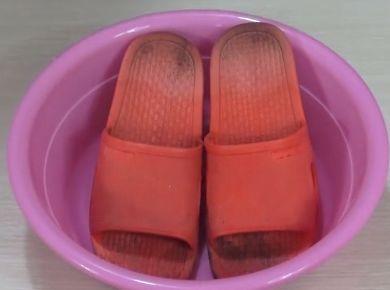 拖鞋很黑怎么也洗不掉? 教你简单一招,旧鞋立马像新鞋一样
