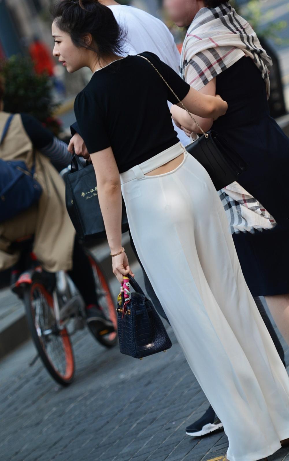 街拍, 穿着黑色T恤配白色长裤的妙龄少女, 气质清秀美丽动人