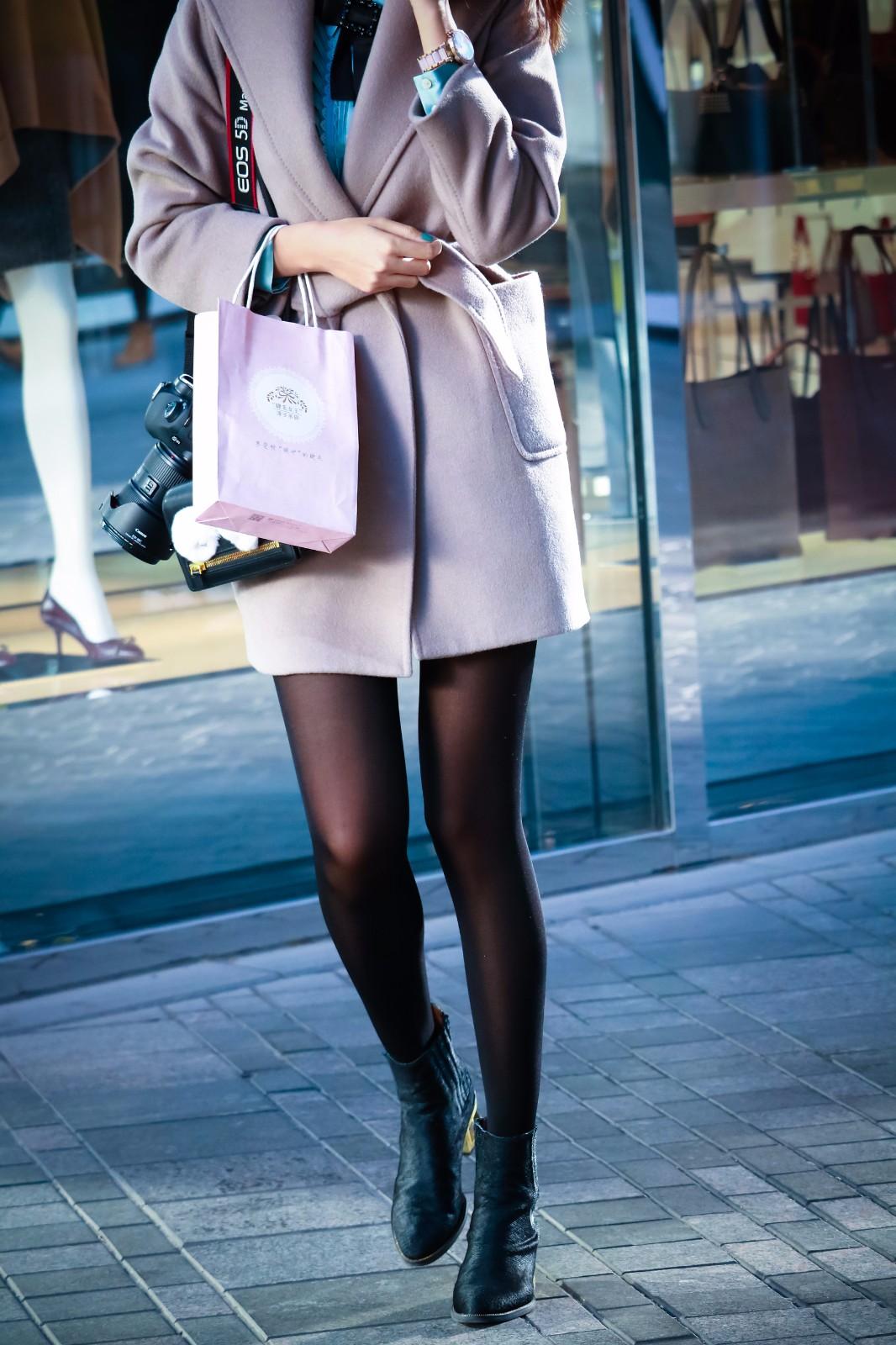 黑丝爱爱????_街拍:美女摄影师的黑丝长腿