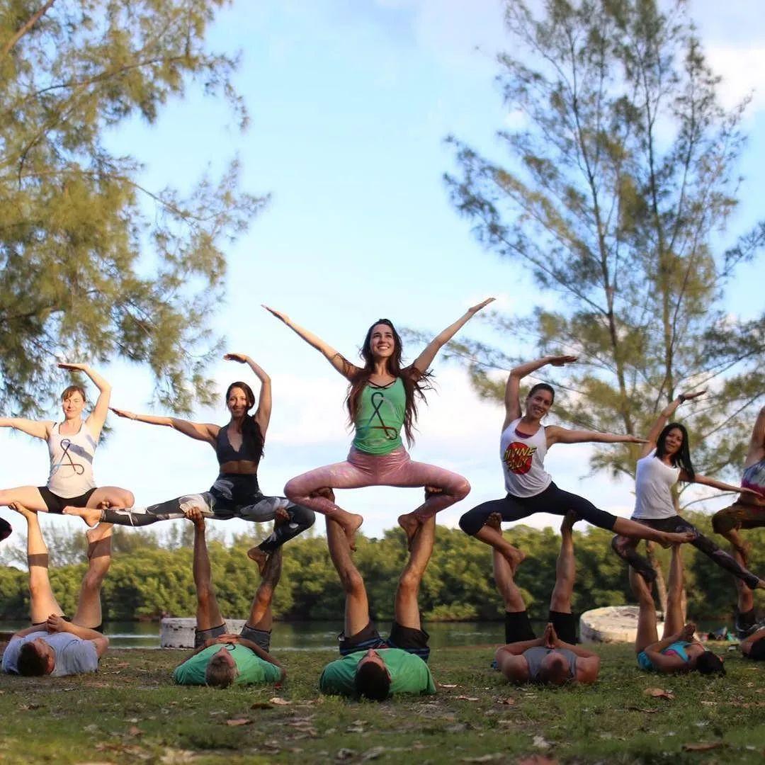 群魔亂舞還是一群人的孤單狂歡,這樣的集體瑜伽有點6圖片