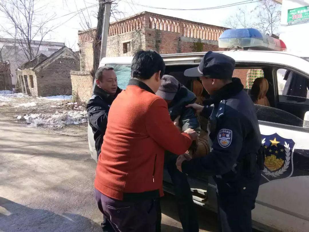 平安守护:醉酒老人躺路边 邓州民警救助送家中