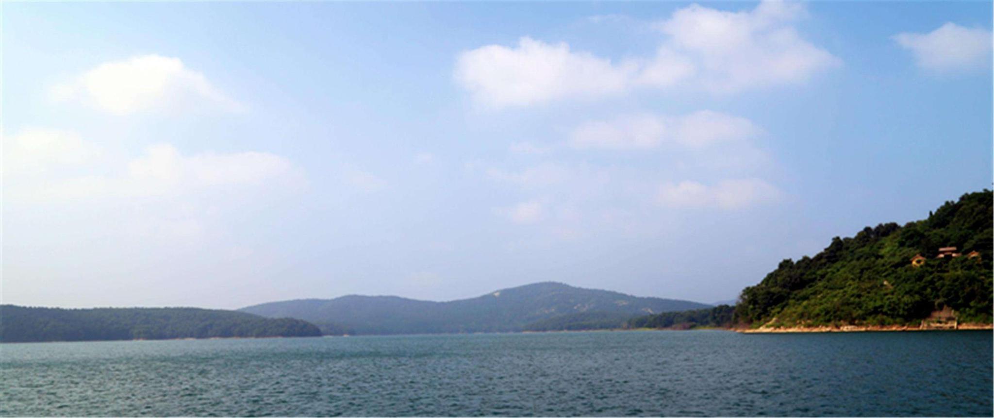薄山湖風景區位于駐馬店確山縣城南20公里處,距京廣鐵路,京珠高速