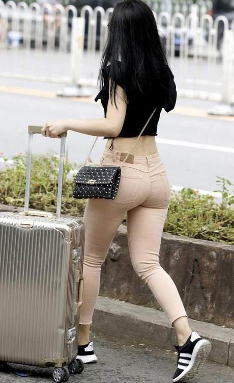 色姐姐24_街拍:裸色紧身裤的辣妈姐姐,大胆性感,网友:熟透的女人够fs