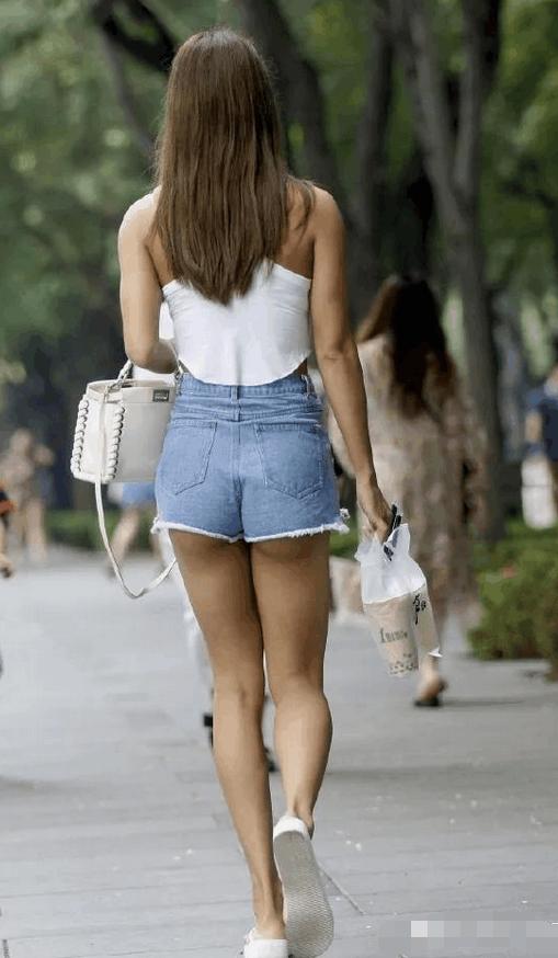 """女孩穿超短裤_路人街拍: 穿超短裤的小姐姐, 身材火辣露出撩人的""""月牙臀 ..."""