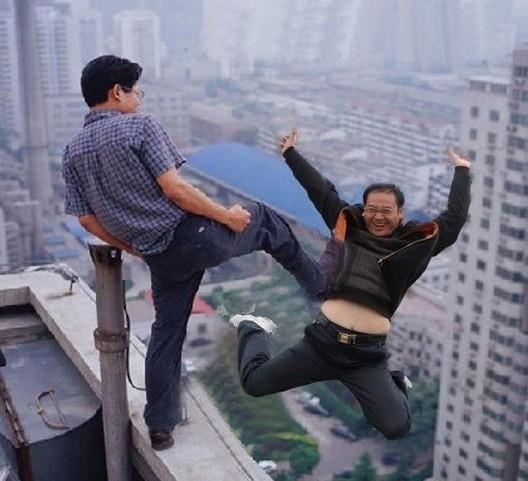 ps大神搞笑合集_搞笑ps集锦:大神觉的从楼顶被人踹下去的姿势才是最帅气的_新浪看点