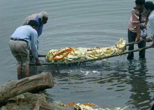 肥后死亡是怎么回事_全世界最奇葩的丧葬习俗,人去世后被扔湖里,养出肥美的鳝鱼煮汤