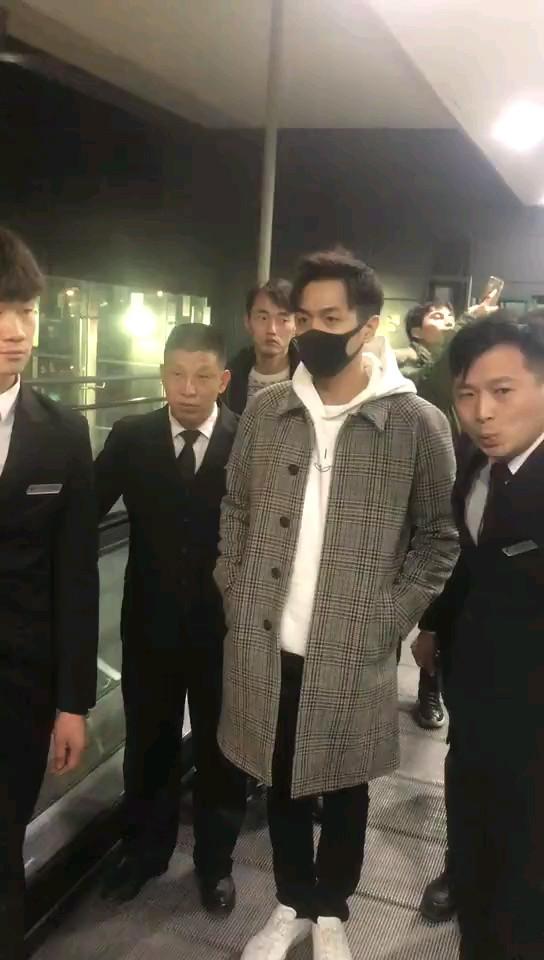 巧合的是,唐藝昕的男朋友張若昀剛剛在六七個保鏢的護送下離開上海圖片