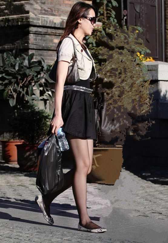 大白逼三级四级少妇_偶遇穿黑丝的少妇,一双大白腿,一扭一扭的实在吸引人!