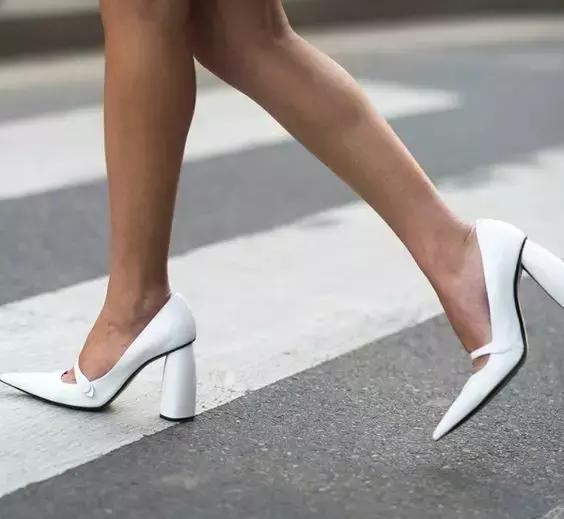 穿高跟鞋走路時,盡量將重心放在腳跟處,足跟落地,力量逐漸過渡到腳掌圖片