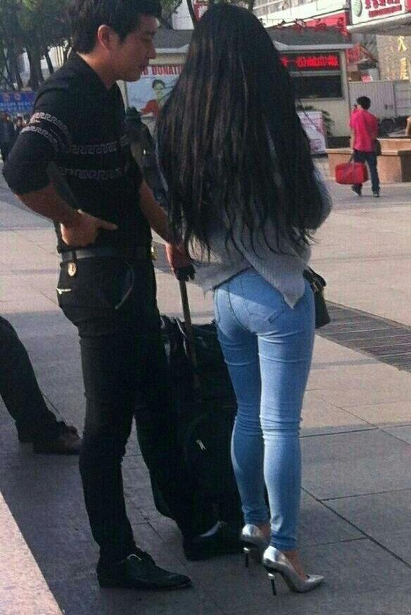 姐姐的屁眼��.�y��yd%_路人街拍: 穿牛仔裤的小姐姐, 这屁股太翘了吧