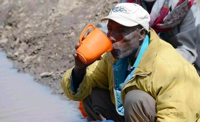 偷拍非洲人_非洲人到底有多懒?百年来吃水都用挑,从来不打井