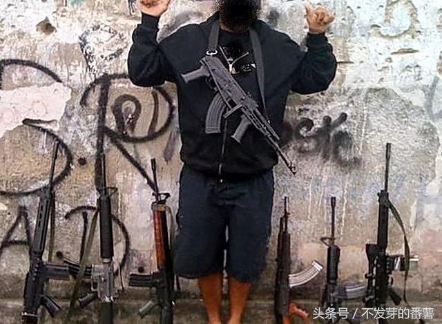竹联帮武器_肆无忌惮的巴西黑帮,实力雄厚,武器装备比警察还先进