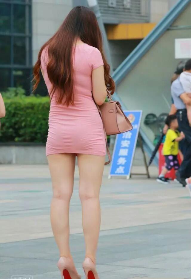 有没有好看的色情_30岁小阿姨粉红色裹胸包臀裙,风韵犹存的好身材性感诱人