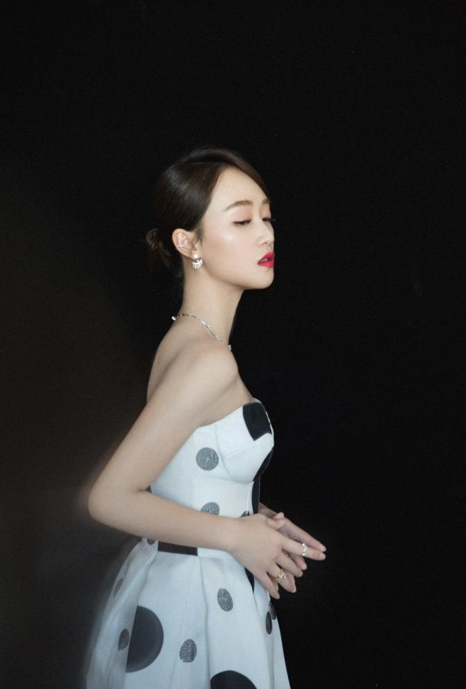 藍盈瑩黑白波點裙端莊優雅卻讓人想起奶牛,尷尬了圖片