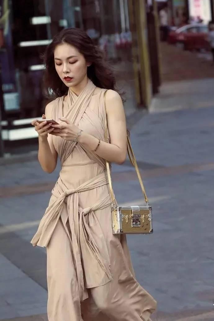 美少妇小?9?nkH_街拍:街头优雅端庄,性感高挑的长裙美少妇!