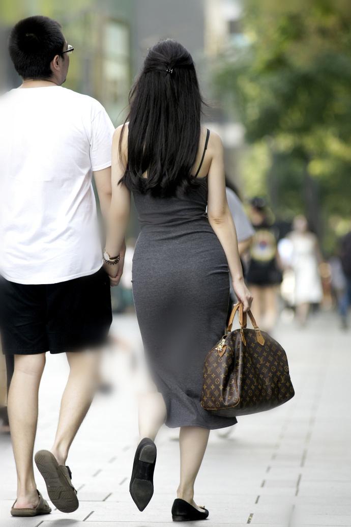 少和少妇_脚上一双黑色单鞋,能增加不少的少妇韵味.