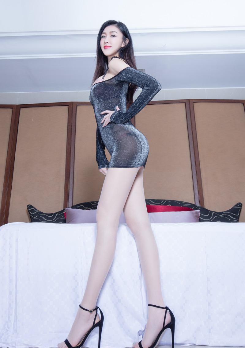 紧身吊带_时尚少妇吊带紧身包臀裙迷人的身材,薄薄一层遮不住的性感