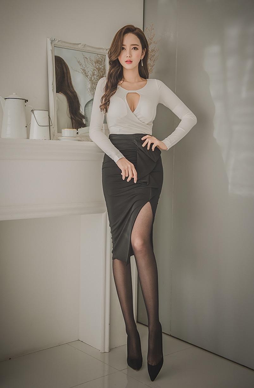 黑丝袜美人照片_美女摄影:紧身衣,包臀裙,黑色丝袜!